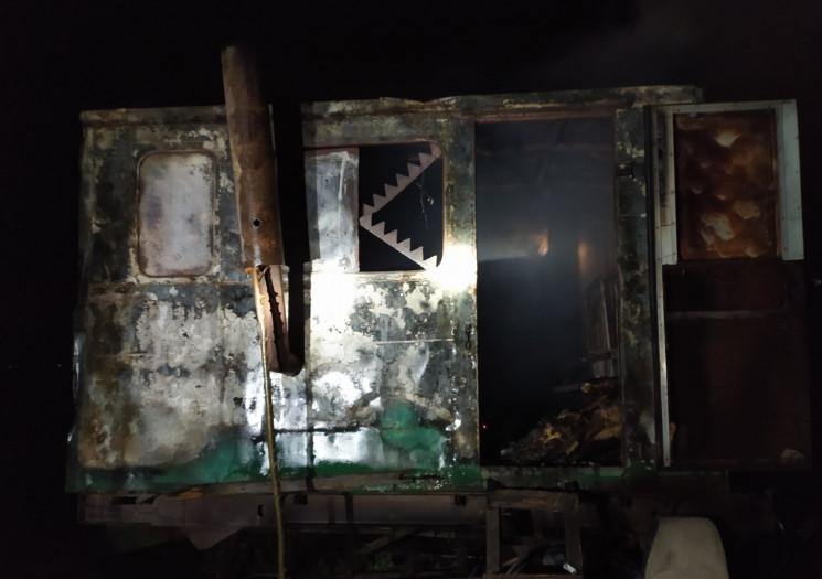 На Херсонщині спалахнув металевий вагонч…