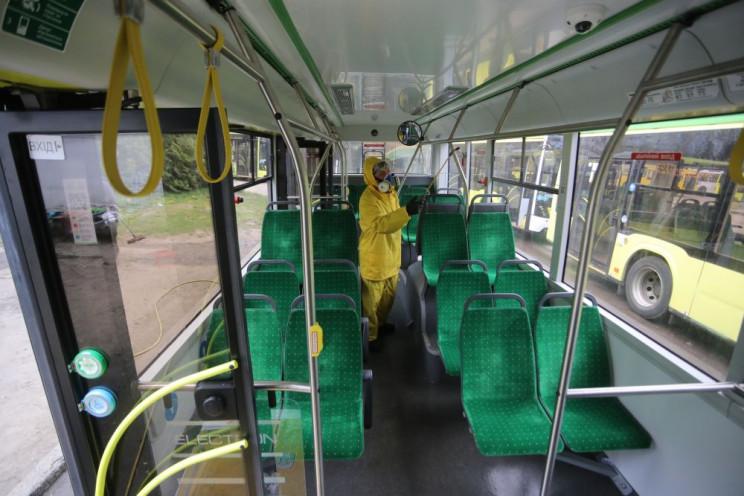 Як у Львові миють тролейбуси (ФОТОРЕПОРТ…