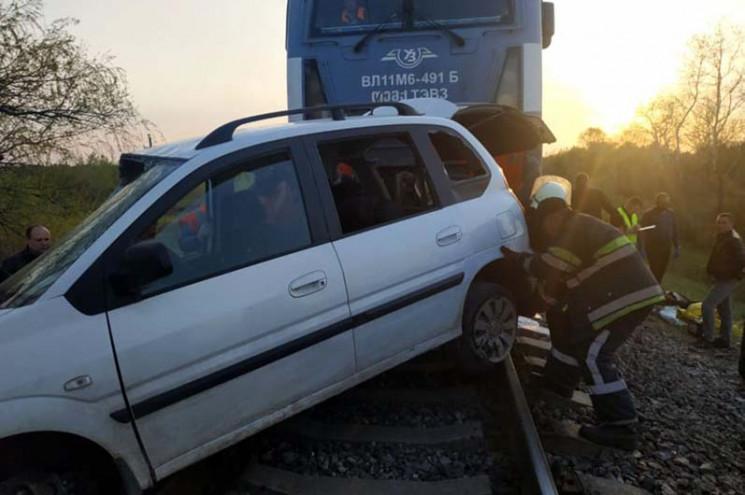 На Дніпропетровщині потяг протаранив авт…
