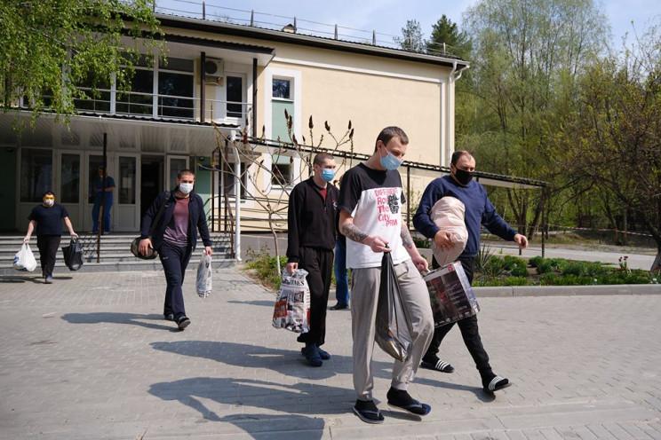 На Донбассе освобожденные из плена завер…
