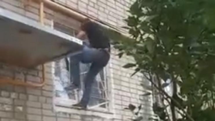 В Мариуполе окровавленный мужчина спуска…