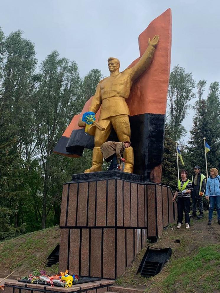 У Слов'янську прапор на монументі з радя…