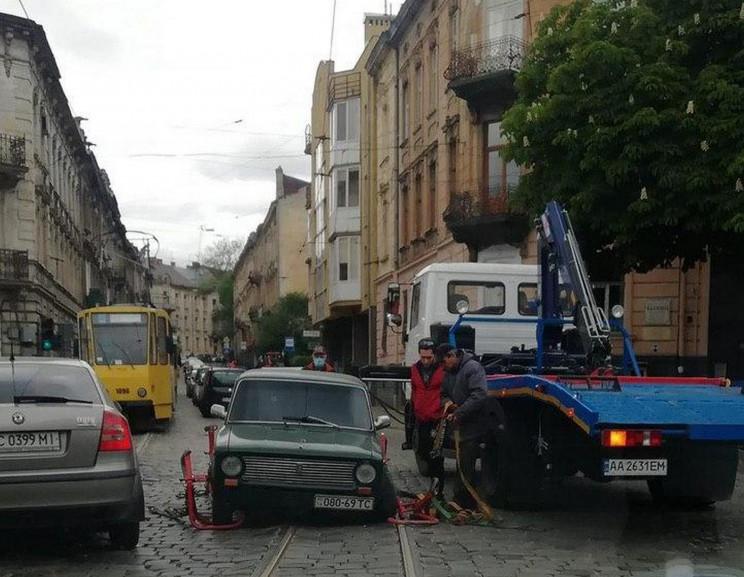 У Львові автомобіль ледь не загубив коле…