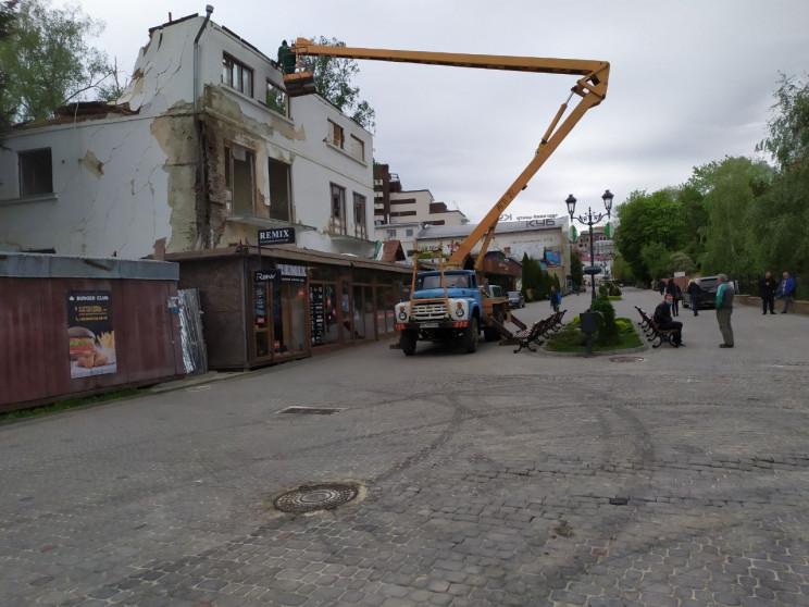 Як у центрі Трускавця розбирають будинок…
