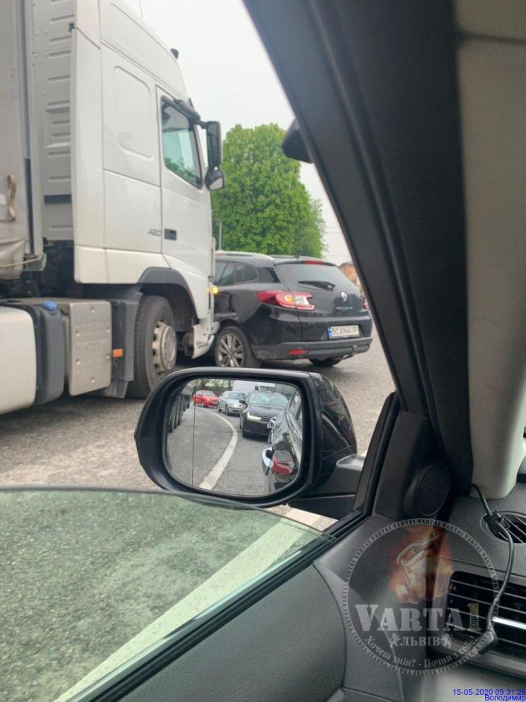 У Львові вантажівка вдарила легковий авт…