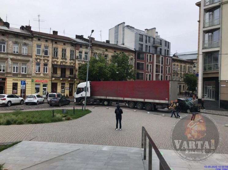 Вантажівка заблокувала рух транспорту у…