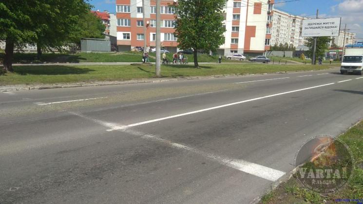 У Львові автомобіль вилив бетон серед ву…