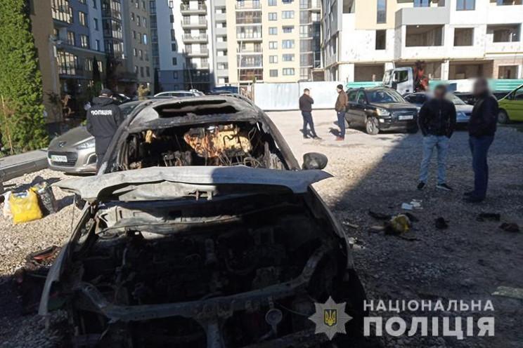 Посеред Тернополя підпалили автівку…