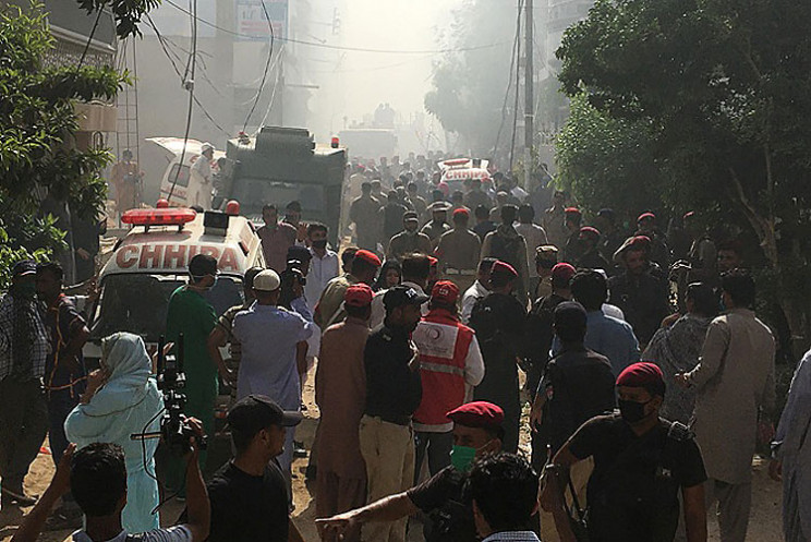 В Пакистане пассажирский самолет упал на…