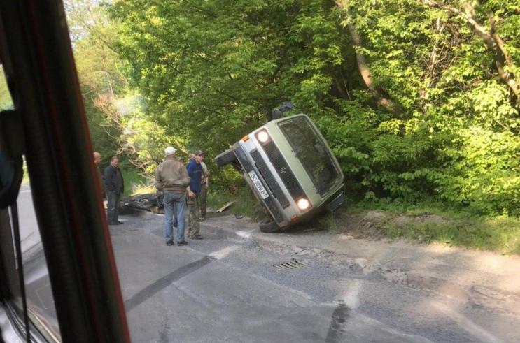 У Львові автомобіль перекинувся на бік (…