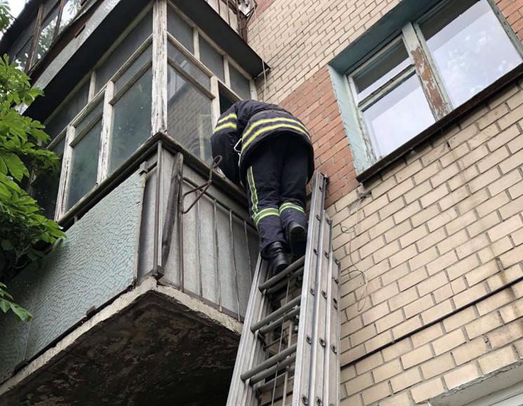 Хмельницькі рятувальники відчинили двері…