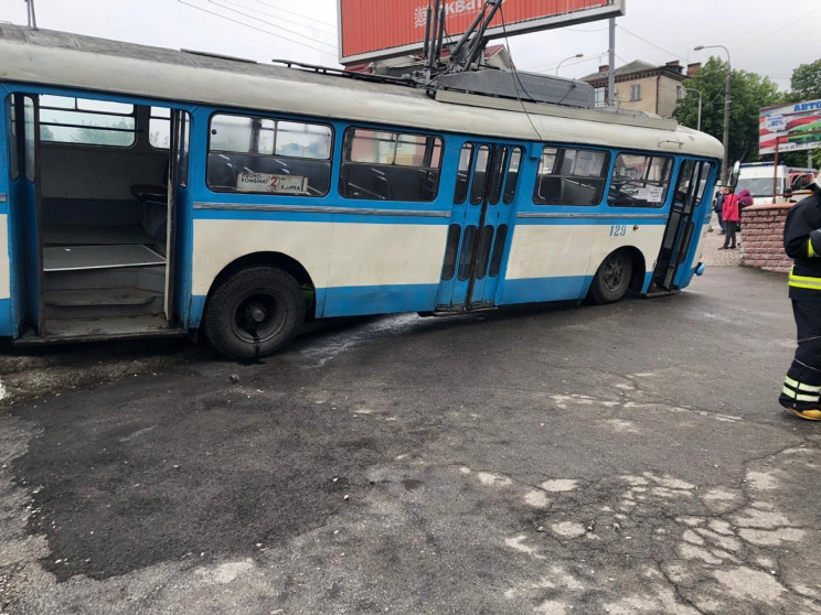 В Ровно троллейбус слетел с моста и пере…