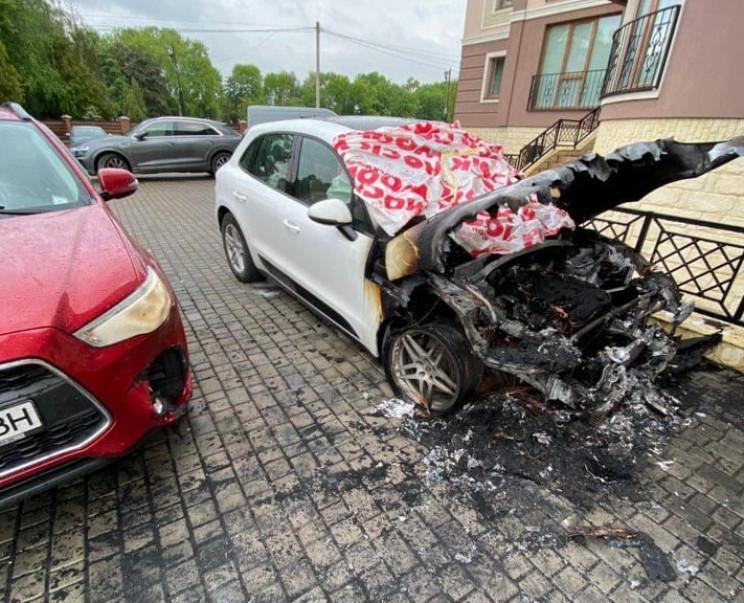 У Коломиї депутату спалили елітний автом…