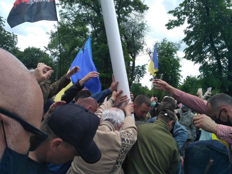 Поряд із ДніпроОДА встановили флагшток і…