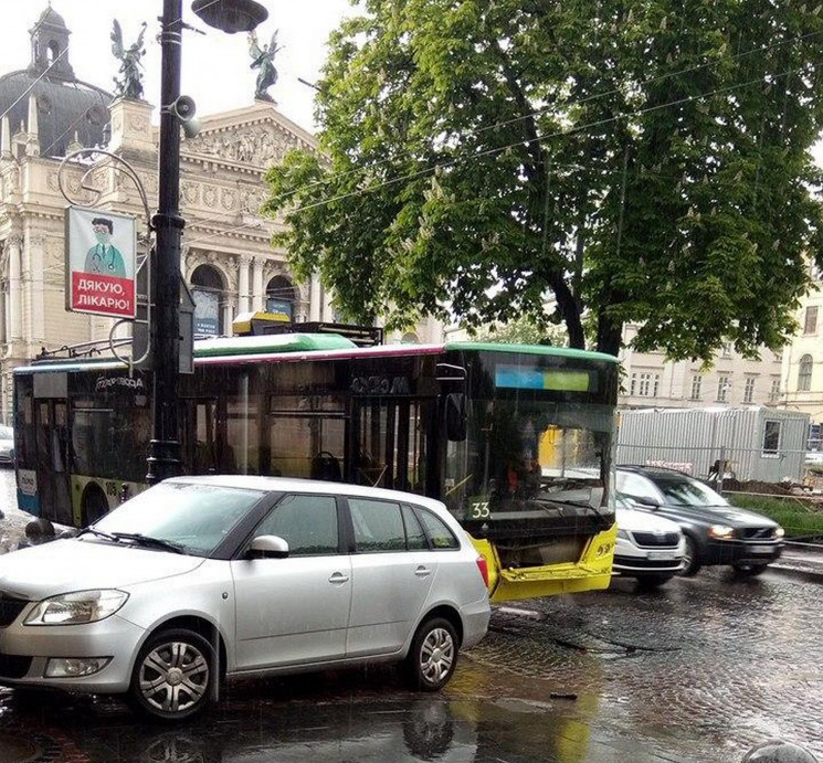 У центрі Львова зіткнулися автомбіль і т…