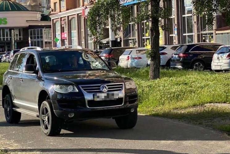 Київському водію, який на тротуарі відга…