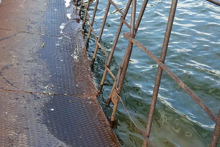 В Днепре тонет пешеходный мост…
