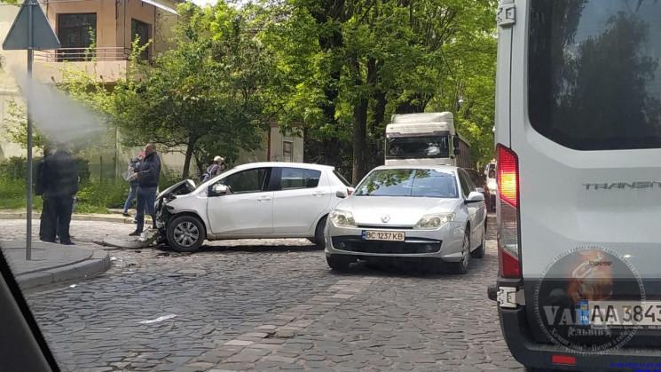 Peugeot залишився без переду: У Львові з…