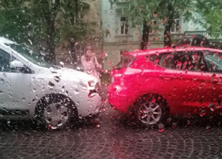 У центрі Львова зіткнулися білий та черв…