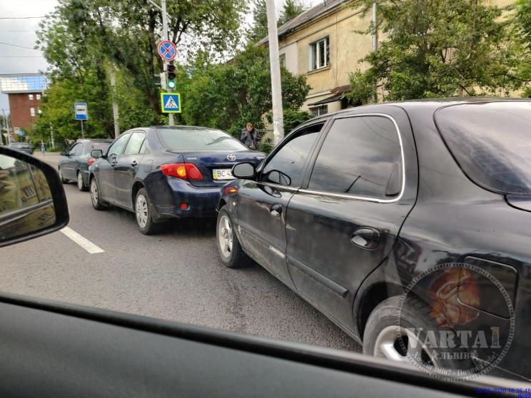В'їзд на Сихів заблоковано через два ДТП…