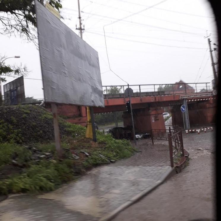 Злива в Ужгороді: Під залізничним мостом…
