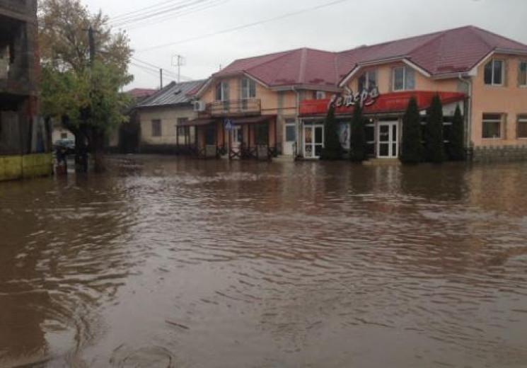 В Ужгороді через зливу затопило цілий ра…