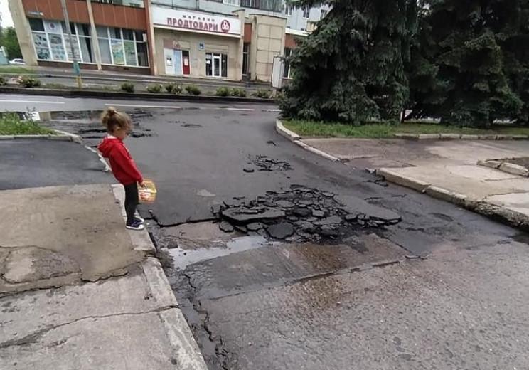 """У місті на Миколаївщині асфальт """"поплив""""…"""