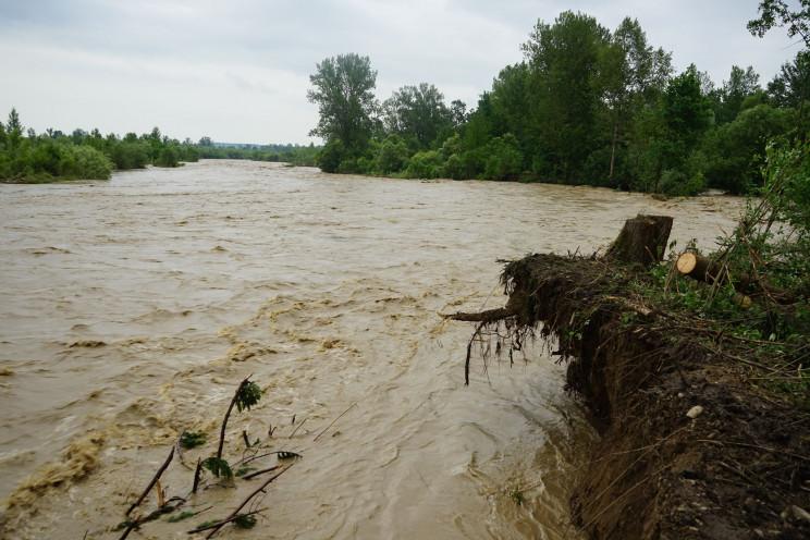 Зливи вбили трьох українців, розтрощили…