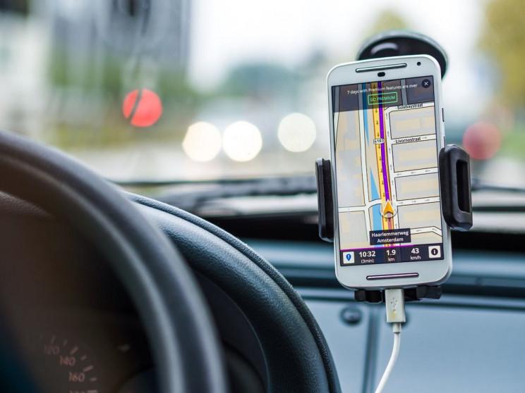 Як закріпити смартфон в автомобілі: 5 бе…