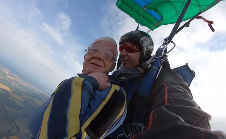Як на Дніпропетровщині 73-річний пенсіонер стрибнув із парашутом ...