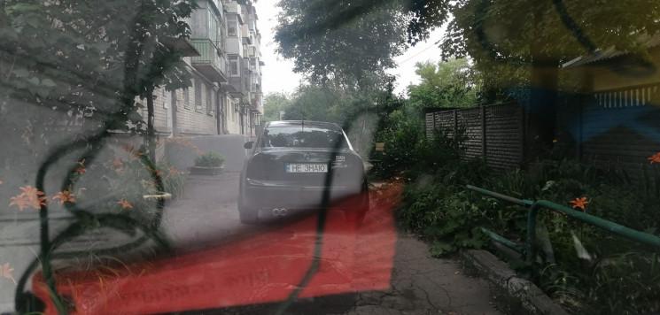 У Дніпрі автохам-троль заблокував під'їз…