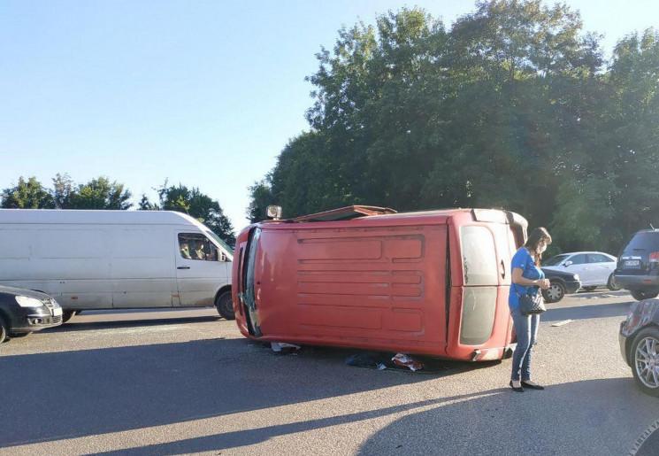 У Львові автомобіль перекинувся після ДТ…