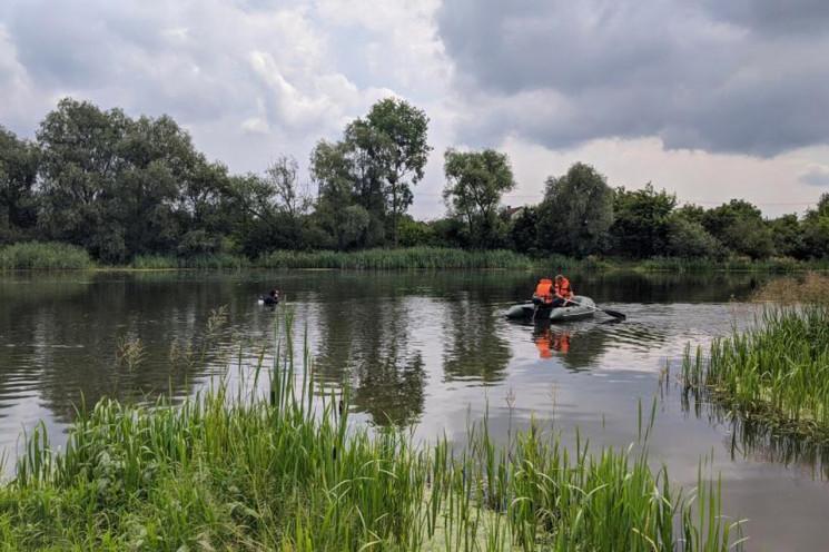 На Хмельниччині з річки дістали тіла дво…