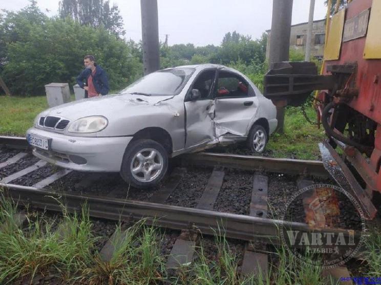 У Львові тепловоз протаранив автомобіль…