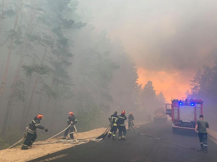На Луганщині вогонь з палаючого лісу пер…