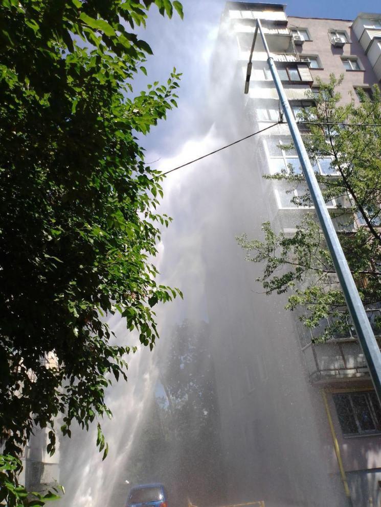 На столичных Березняках прорвало трубу:…