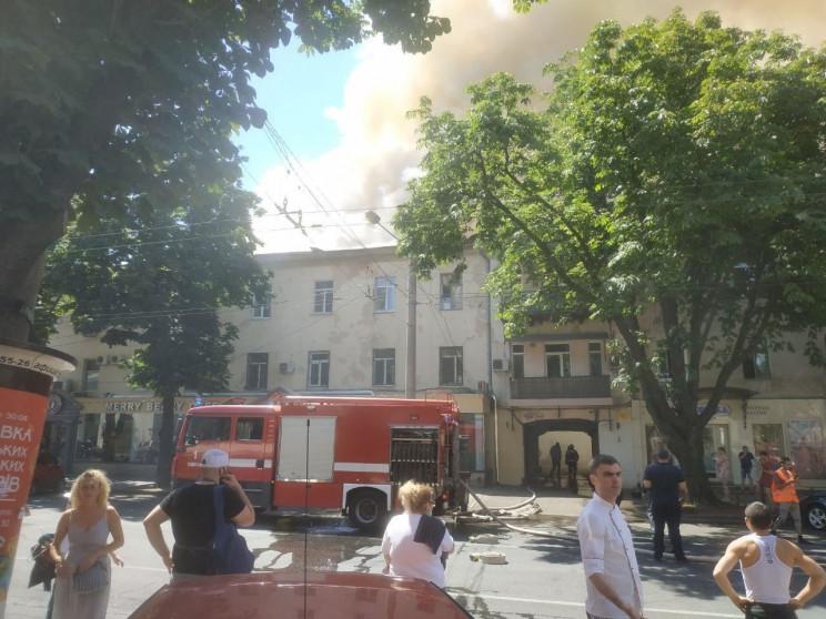 У центрі Одеси загорілася квартира у трь…