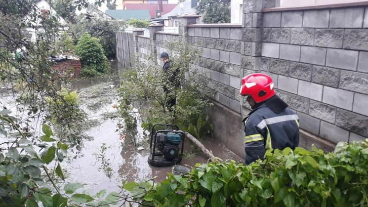 Як у Дубні рятувальники відкачують воду…
