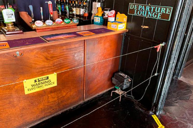 В Великобритании в баре для соблюдения д…