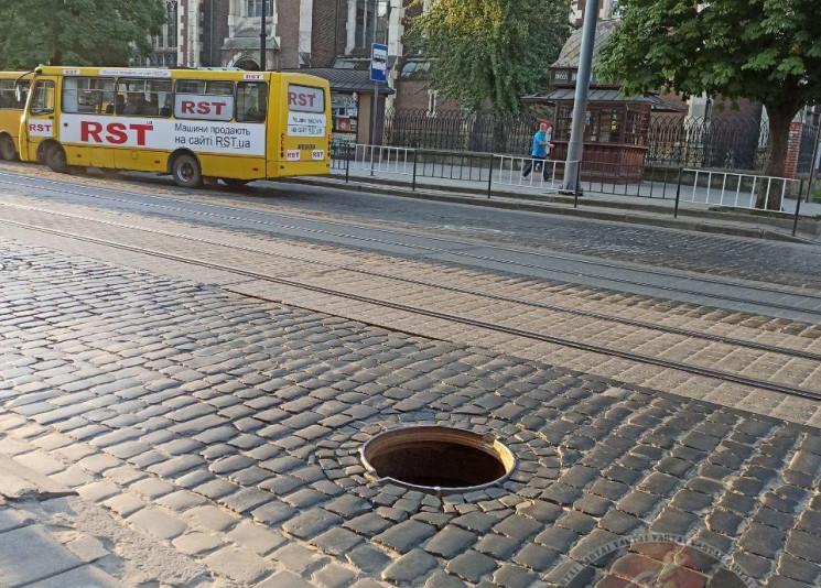 У Львові серед вулиці зняли люк, виникає…
