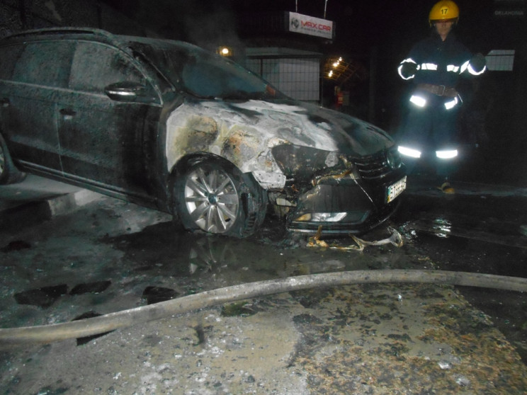 На Херсонщині вночі палав легковик Volks…