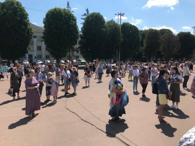 У Хмельницькому мітингують проти дистанц…