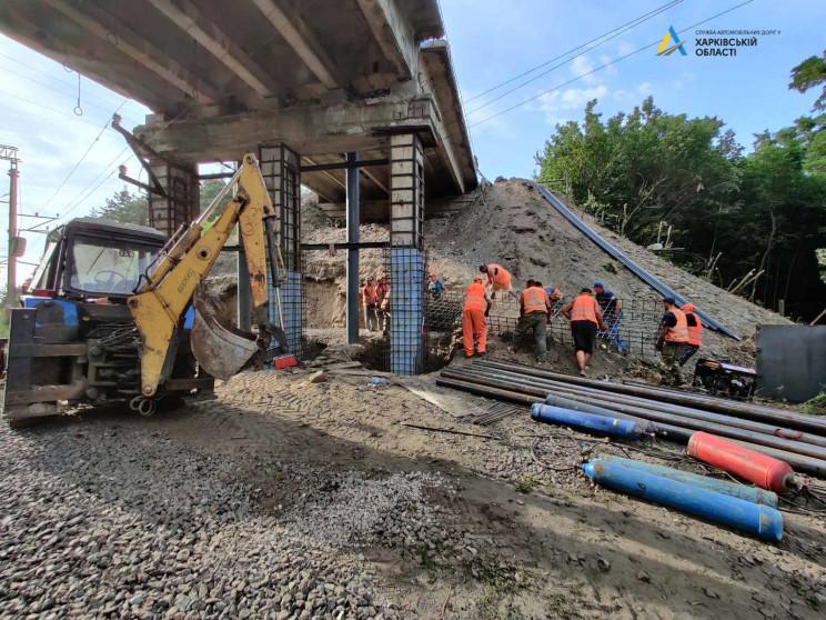 На мосту біля Безлюдівки ремонтують опор…