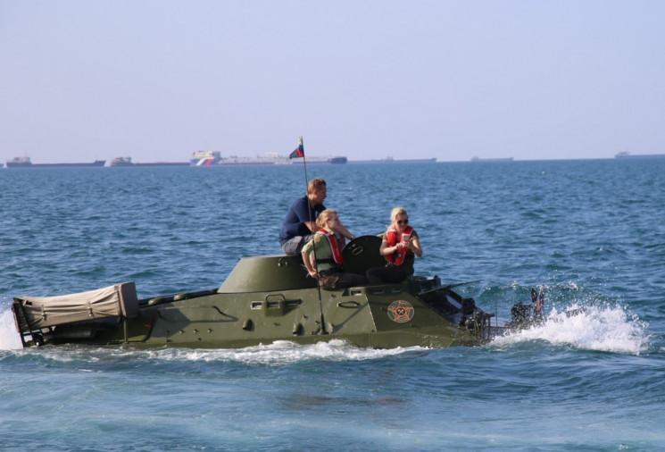 В Керченском проливе вытащили БТР, котор…