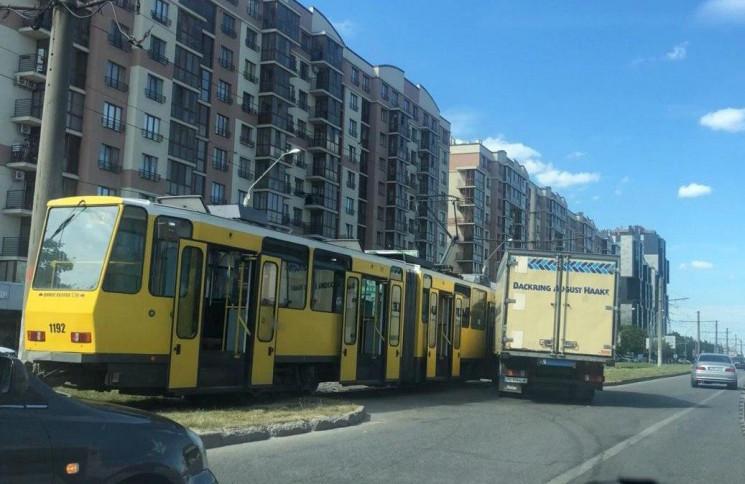 У Львові зіткнулися вантажівка і трамвай…