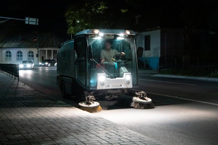Вночі вулиці Ужгорода прибирали…