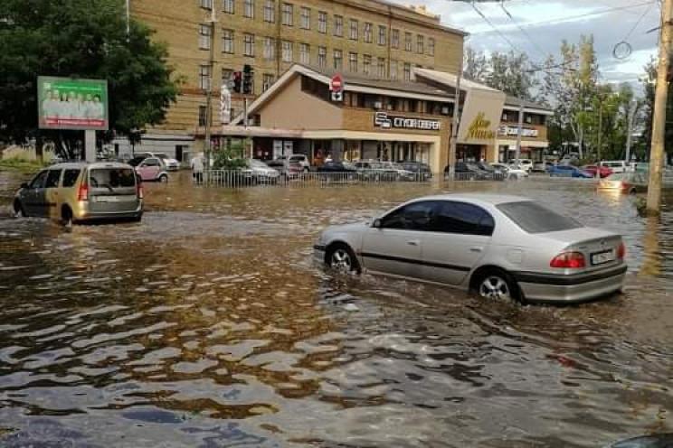 Ливень превратил улицы Днепра на реки и…