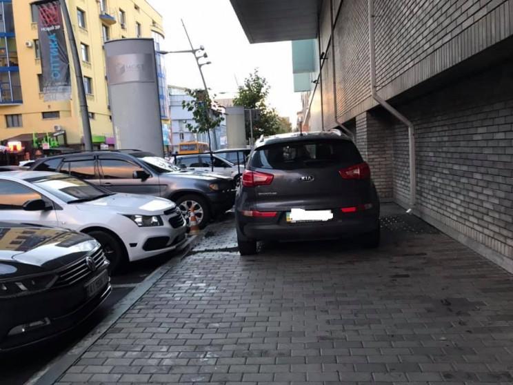 В Днепре автохам перекрыл тротуар в цент…