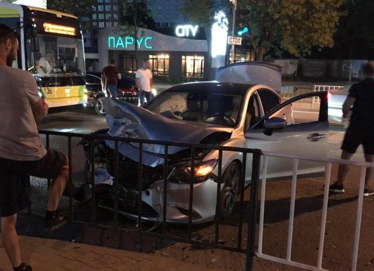 ДТП у Львові: Автомобіль перетворився на…