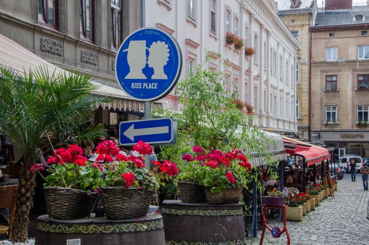 Тротуари, фандомати, пологи: Що просили…